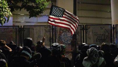 Протестующие с флагом США. Архивное фото
