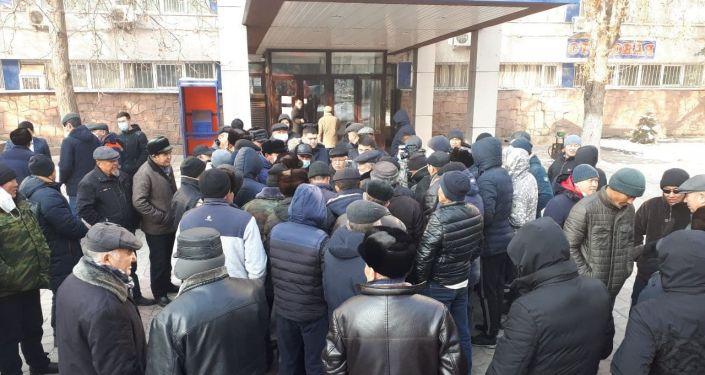 Митинг сотрудников Минтранса в Бишкеке, с требованием выдачи зарплаты