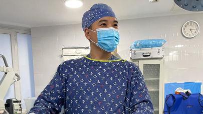 Врач-ортопед, травматолог, спортивный травматолог, специалист по артроскопической хирургии Жантай Шамбетов во время операции