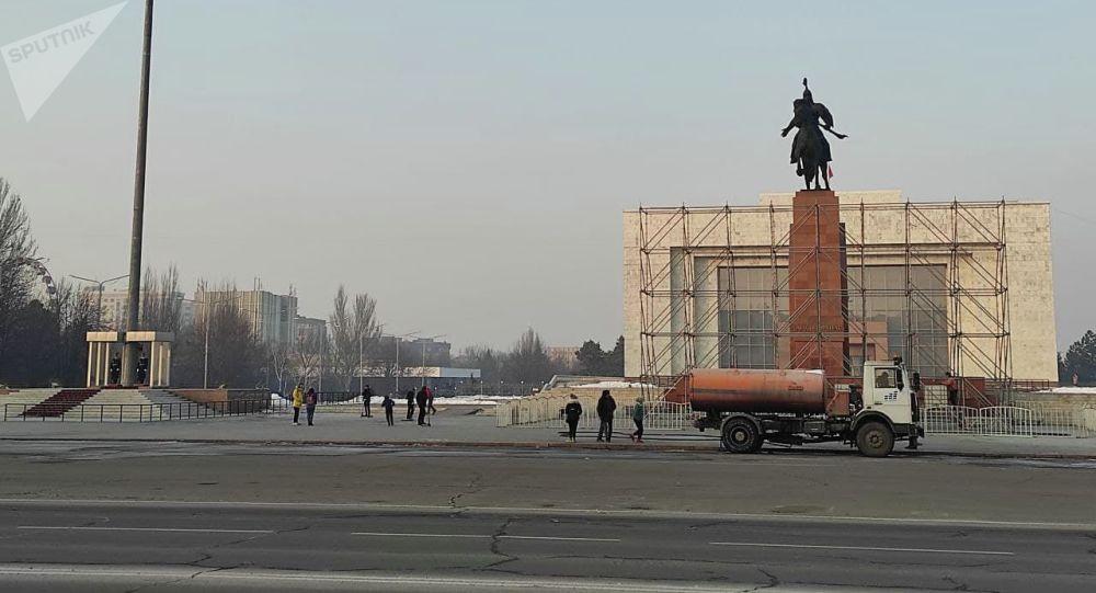 Установка экрана на площади Ала-Тоо для церемонии инаугурации Садыра Жапарова