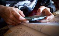 Подросток с телефоном в руке. Архивное фото