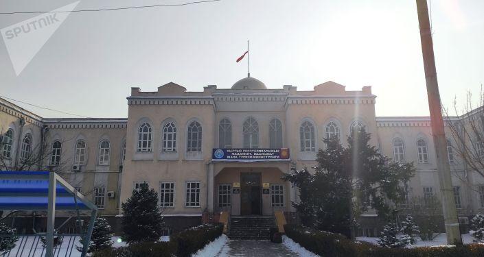 Маданият, маалымат жана туризм министрлиги жайгашкан имараттын башындагы Кыргызстандын мамлекеттик желеги эскирип, ылдый түшүп калган