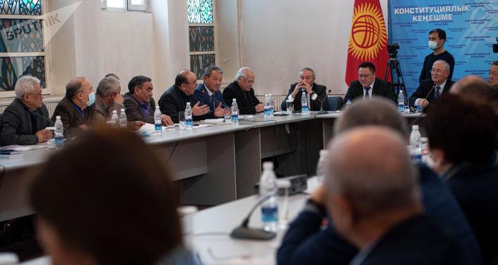 Участники конституционного совещания, где обсуждается проект новой конституции в Бишкеке