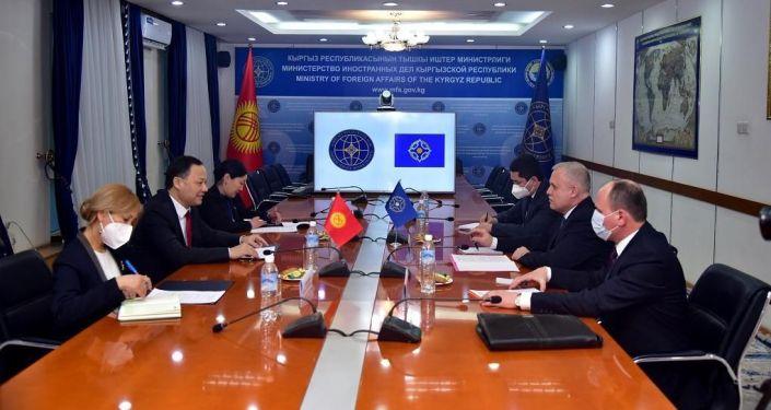 Состоялась встреча министра иностранных дел КР Руслана Казакбаева с генеральным секретарем Организации Договора о коллективной безопасности Станиславом Засем