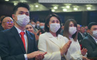 Супруга и дети избранного президента КР Садыра Жапрова на церемонии инаугурации в Большом зале национальной филармонии