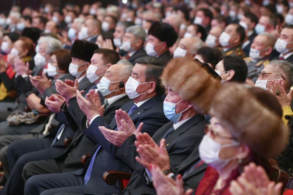Инаугурацияга КРдин 5-президенти, бийликти Садыр Жапаровго өткөрүп берген Сооронбай Жээнбеков катышты