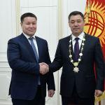 Избранный президент Садыр Жапаров и и.о главы государства Талант Мамытов после церемонии инаугурации