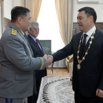 Председатель ГКНБ Камчыбек Ташиев приветствует избранного президента КР Садыра Жапрова после церемонии инаугурации