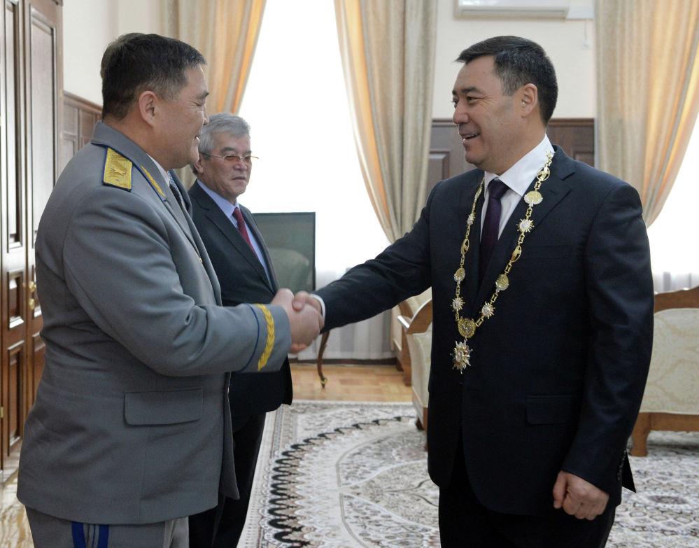 Президент Садыр Жапаров жана анын досу, партиялашы УКМКнын төрагасы Камчыбек Ташиев. Өкмөт үйү, инаугурациядан кийин тартылган сүрөт