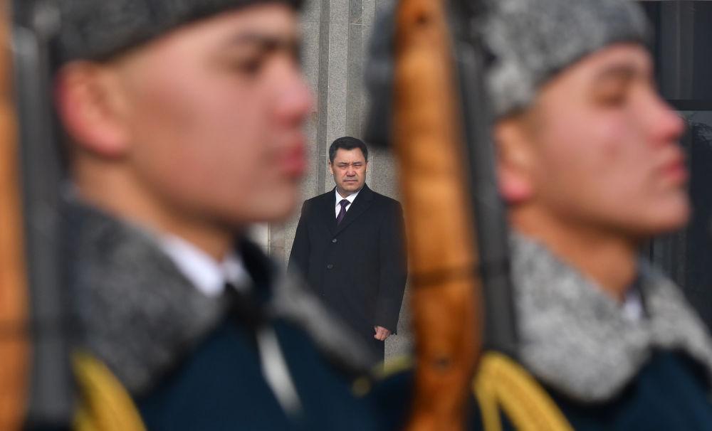 Садыр Жапаров Улуттук Гвардиянын аскерлеринин жүрүшүн КРдин куралдуу күчтөрдүн кол башчысы катарында кабылдады. Сүрөт инаугурациядан кийин Улуттук филармониянын алдында тартылган