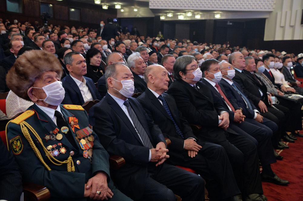 Биринчи катарда Жогорку Кеңештин экс-төрагалары, экинчи катарда Кыргызстандын мурдагы премьер-министрлери отурат. Алар ант берүү аземине чакырылган коноктордун катарында болду