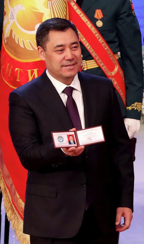 Садыр Жапаров ант бергенден кийин сүйлөп жатып, Кыргызстандагы бардык саясий күчтөрдү, оппоненттерди, улуттук азчылыктарды жана диний конфессияларды өлкөнү өнүктүрүүдө тилектеш, максатташ болууга чакырды