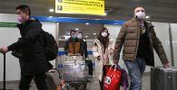 Пассажиры в терминале аэропорта. Архивное фото