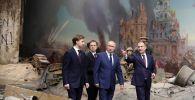 Россия президенти Москвадагы Жеңиш музейин көрүү учурунда