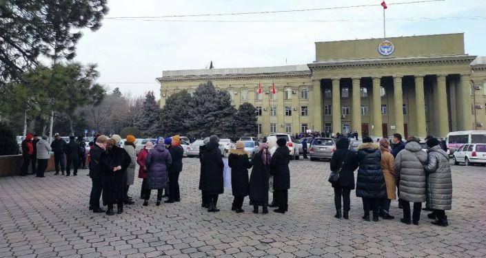Возле центрального входа в Дом правительства акцию протеста проводят жители села Садовое Аламудунского района