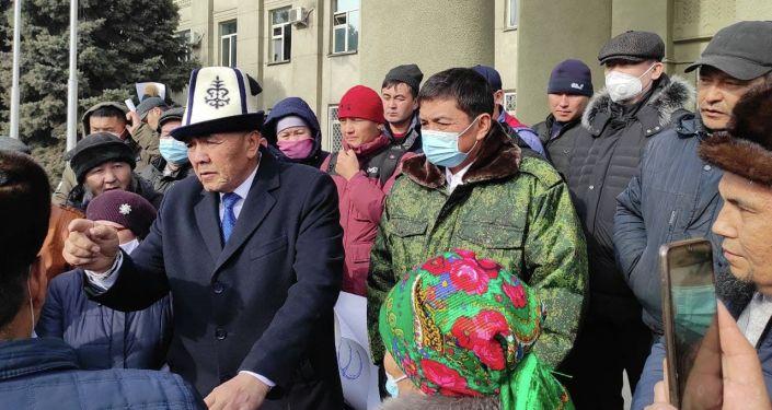 Переговоры с митингующими ведут представители районной власти и полномочного представительства правительства в Чуйской области.