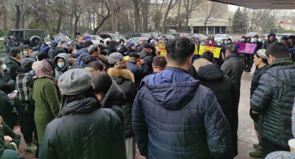 Продавцы торгового центра Караван на митинге у дома правительства в Бишкеке