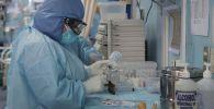COVID-19 бөлүмүндө дары-дармек менен медициналык кызматкер. Архив