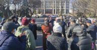 У здания Жогорку Кенеша в Бишкеке проходит митинг против назначения Улукбека Марипова премьер-министром Кыргызстана