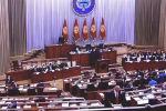 Члены нового правительства, в том числе премьер Улукбек Марипов, приносят присягу в Жогорку Кенеше. В зале присутствует президент Садыр Жапаров.