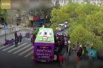 Пожилой мужчина совершал пробежку, но на пешеходном переходе угодил под автобус. Чтобы спасти его, пассажирам пришлось поднять транспорт.