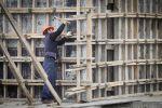 Рабочий во время строительства многоквартирного жилого дома. Архивное фото