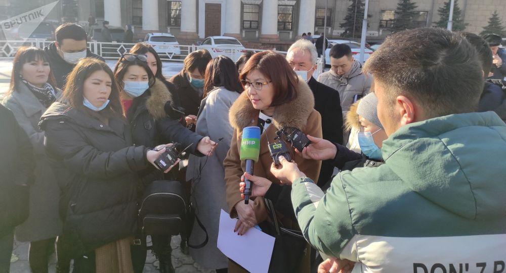 Мектеп окуучуларынын ата-энелери Бишкек мэриясынын имаратынын алдында митинг учурунда