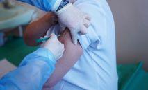 Вакцина алып жаткан адам. Архив