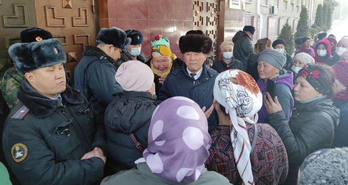 На акции протеста у Дома правительства, где также размещаются аппарат президента и рабочий кабинет главы государства, собрались порядка 50-60 человек