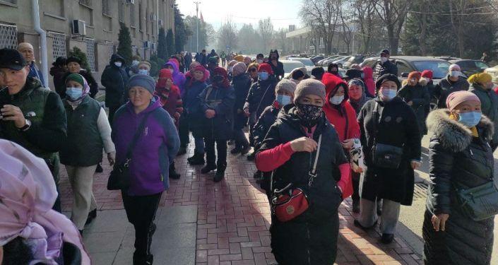 Митингующие просят дать им разрешение на работу, а также требуют отставки исполняющего обязанности мэра Балбака Тулобаева