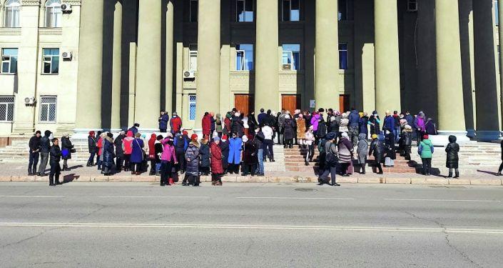 Возле Дома правительства в Бишкеке митингуют люди, которые стихийно торговали у Ошского рынка