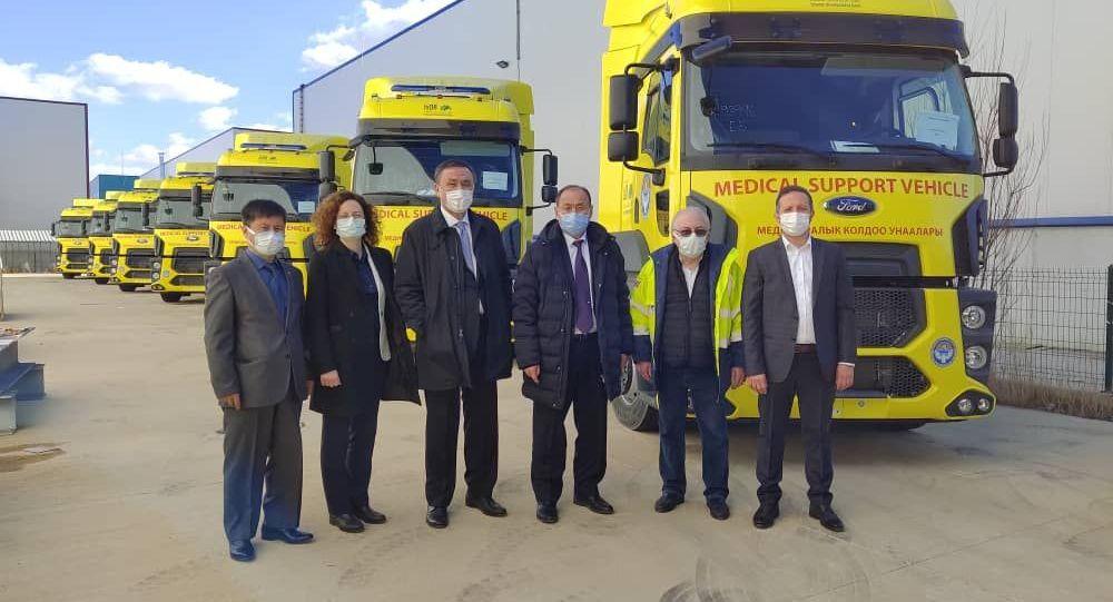 Министр здравоохранения и социального развития КР Алымкадыр Бейшеналиев и посол КР в Турции Кубанычбек Омуралиев посетили завод Optima Technic в Анкаре, где были изготовлены мобильные клиники для Кыргызстана