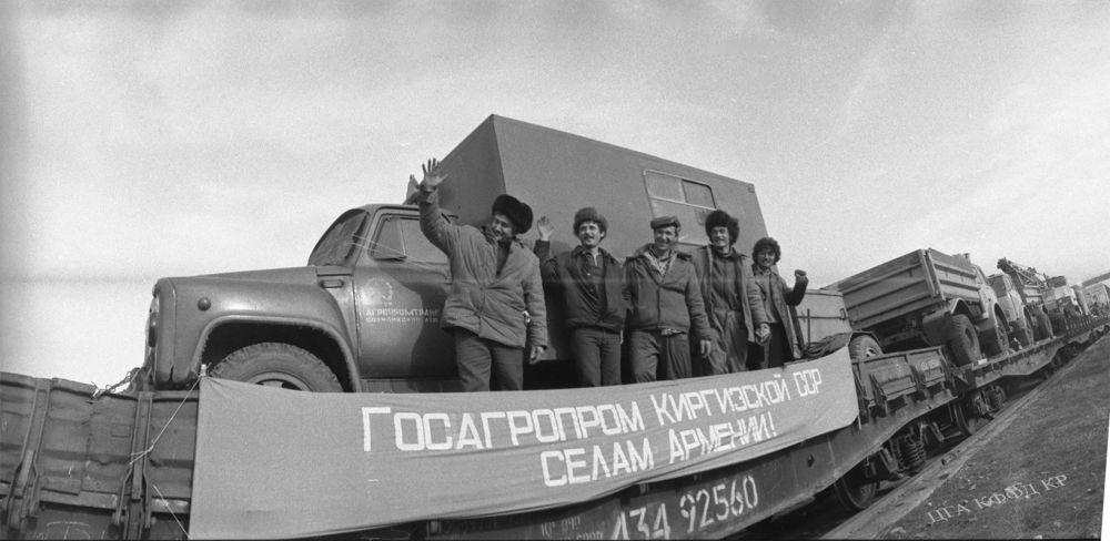 Кыргызстан жапа чеккен армян кыштактарына транспорттук каражаттар, автоунаа, курулуш техникасы, механизмдер жана гуманитардык жардамды жөнөтүп жаткан учур. Фрунзе шаары. 1988-жыл.