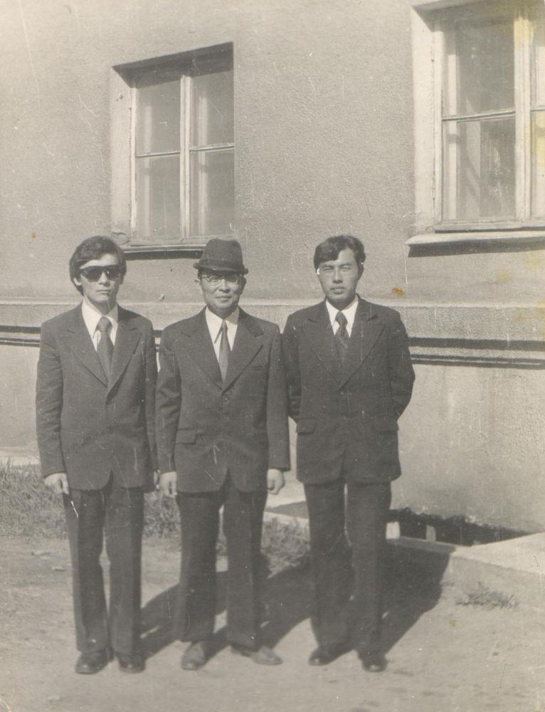 Учителя Пржевальского педагогического института Кенешбек Жумабаев, Турдубек Кочорбаев и Мелис Боромбае. 1979 год