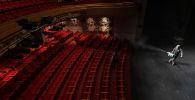 Дезинфекция зала театра в Сеуле. Архивное фото