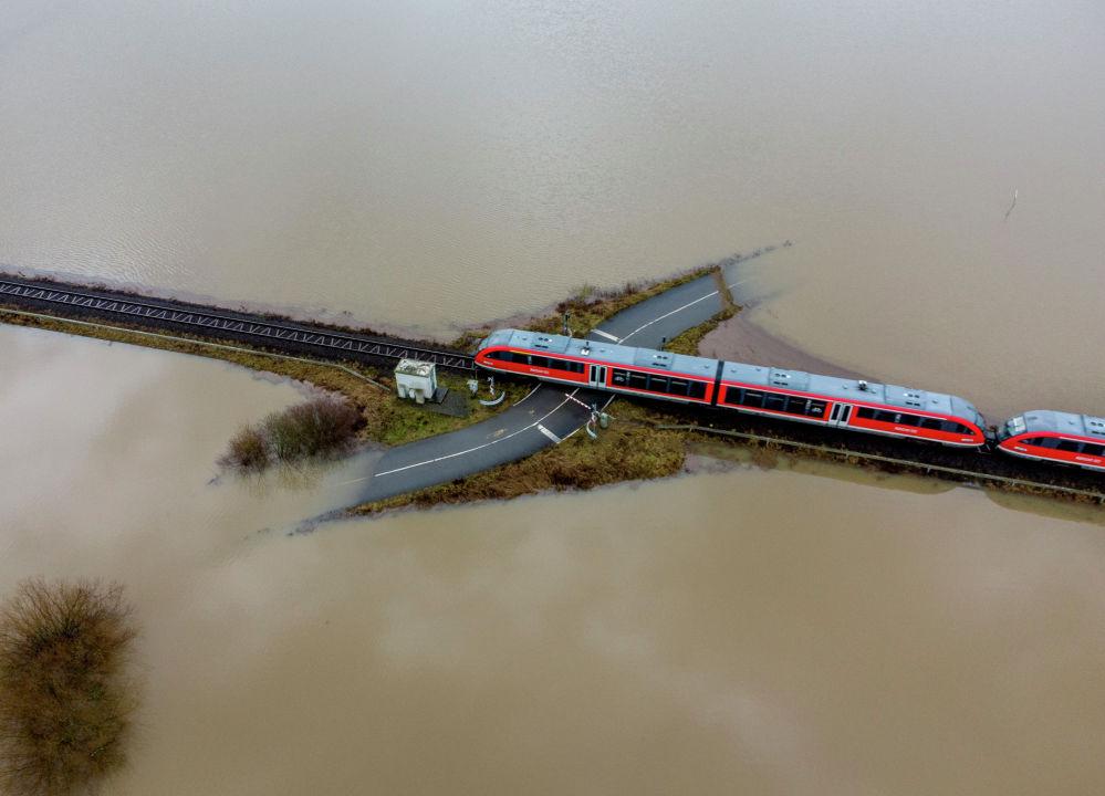 Франкфуртка (Германия) жакын жерде жамгырдан жана кардын эришинен улам пайда болгон суу ташкыны учурунда темир жол өтмөгүнөн өтүп бара жаткан поезд