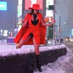 Нью-Йоркто кардуу борошо учурунда Таймс-сквердеги аял