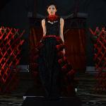 Модель кыз Бишкекте өткөн Burana мода жумалыгында кыргызстандык дизайнер Айзада Акматалиеванын колунан жаралган кийимди көрүүчүлөрдүн назарына алып чыгууда