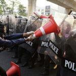 Мьянмадагы аскердик төңкөрүшкө байланыштуу Бангкоктогу элчиликтин жанындагы митингде полиция менен демонстранттардын кагылышуусу 1-февралда таң эрте аскердик күчтөр Мьянмада бийликти басып алышкан. Алар мамлекеттик кеңешчи Аун Сан Су Чжини, өлкө президенти Вин Мьинди, ошондой эле башкаруучу Демократия үчүн Улуттук лига партиясынын жогорку кызмат адамдарын кармап алышкан. Аскердик күчтөр өлкөдө бир жылга өзгөчө кырдаал киргизилгенин жарыялаган.