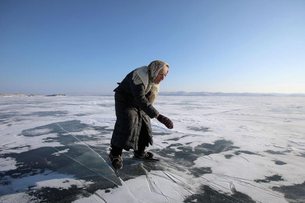 Кышкы Байкал көлүндө коньки тээп жүргөн чоң эне