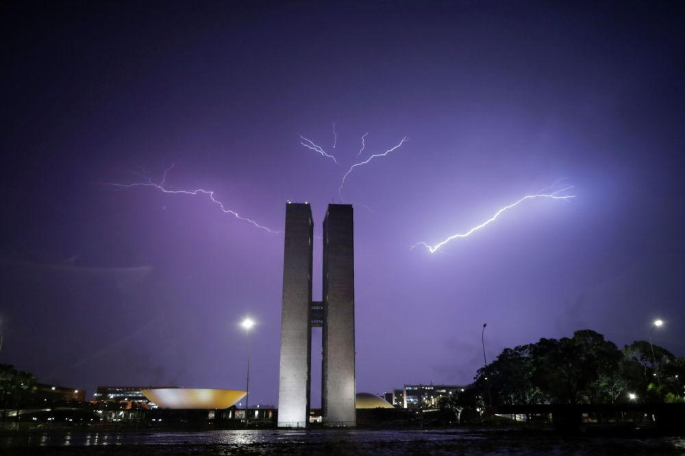 Бразилиянын Улуттук Конгрессинин имаратынын үстүнөн чартылдаган чагылган