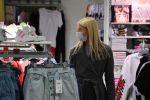 Женщина в торговом центре. Архивное фото