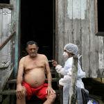Бразилиялык киши коронавируска каршы AstraZeneca вакцинасы менен эмделип жатат