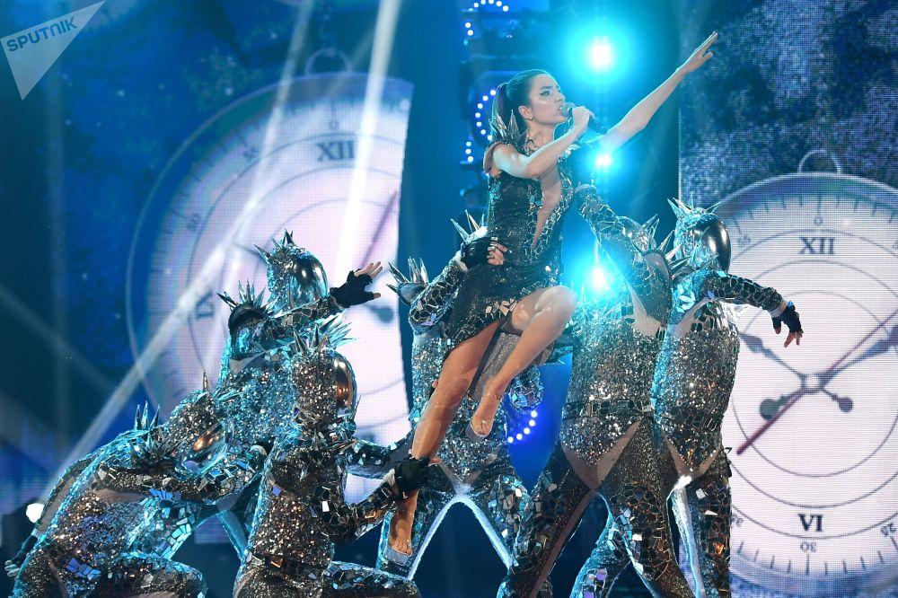 Ырчы Дэя Москвада Vegas City Hall жайында өткөн ЖАРА KIDS FEST биринчи эл аралык музыкалык фестивалына катышууда