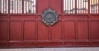 Ворота с эмблемой Генеральной прокуратуры Кыргызской Республики в Бишкеке.  Архивное фото