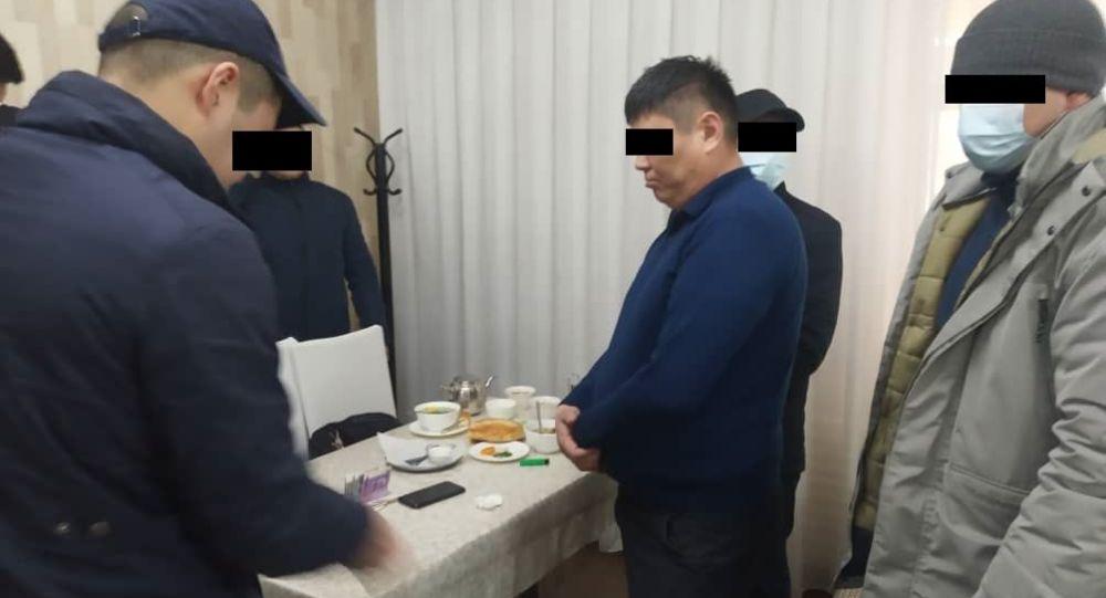Задержание сотрудника милиции при получении взятки