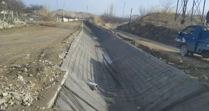 Рабочие во время строительных работ ирригационных каналов в Баткенской области