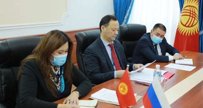 Министр иностранных дел Кыргызстана Руслан Казакбаев во время встречи с послом России Николаем Удовиченко