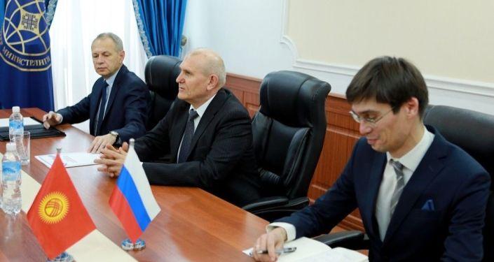 Посол России Николай Удовиченко во время встречи с министром иностранных дел Кыргызстана Русланом Казакбаевым