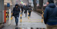 Девушка идет по тротуару на проспекте Чуй во время дождя в Бишкеке. Архивное фото
